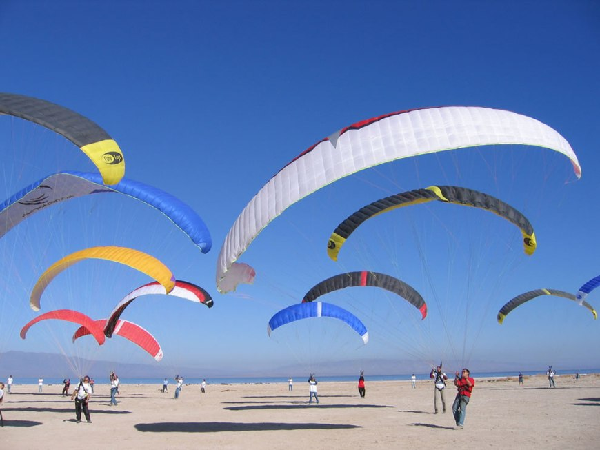 The photographer called this Kiting War, Paratoys