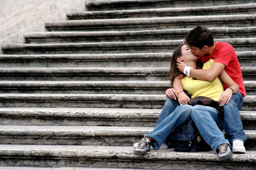 Romance in Rome, kissing on the steps