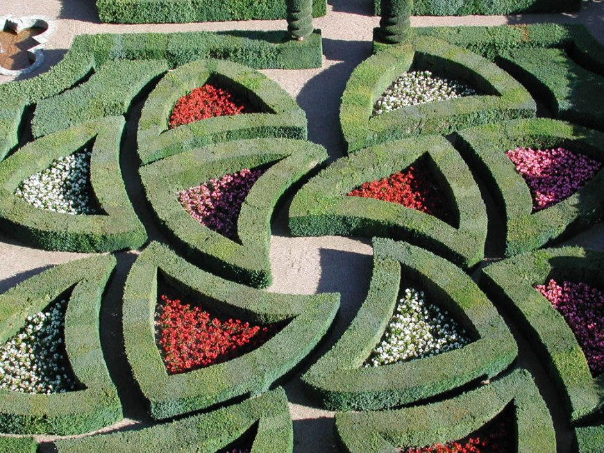 Passionate Love » is also represented by the same hearts but this time, they are broken by passion. The box hedges are criss-crossed and form a maze, which also constitutes an evocation of dance