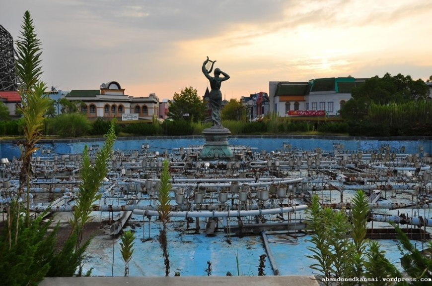 Dried up derelict water fountain at Nara Dreamland, 2010